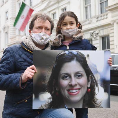 Journalisten Nazanin Zaghari-Ratcliffes man och dotter vädjar till Iran om att hon ska släppas fri. Utanför Irans ambassad iLondon 8.3.2021