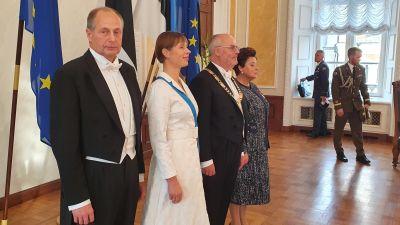 Estlands president Kersti Kaljulaid med sin man, och president Alar Karis med sin fru.