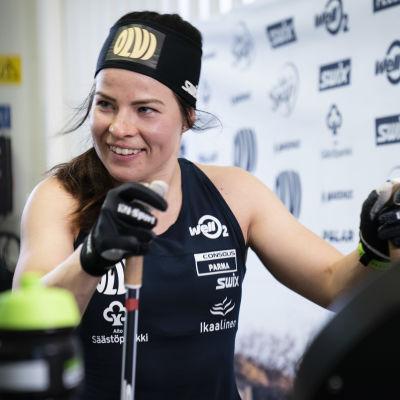Krista Pärmäkoski tränar på rullband.