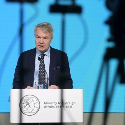 Utrikesminister Pekka Haavisto vid ett podium inför pressen.