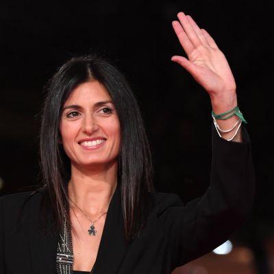 Roms borgmästare Virginia Raggi vinkar.