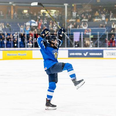 Michelle Karvinen jublar efter ett mål.
