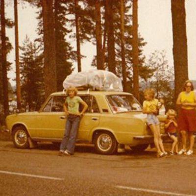 Automuseo Mobilian 70-luvun autoihin liittyvän tapahtuman järjestäjä Sami Nyyssönen perheensä kanssa Fiat 124:lla 70-luvulla Punkaharjulla