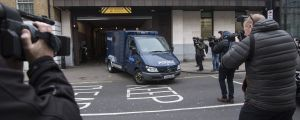 Stort mediepådrag när person som planerade ett terrordåd i London transporteras i polisbil.