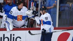 Aleksander Barkov var utmärkt när Finland slog Sverige. Tuukka Rask får på lördag chansen att överglänsa målvaktskollegan Pekka Rinne.