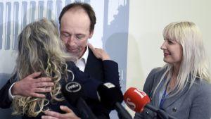Kike Elomaa, Jussi Halla-aho och Laura Huhtasaari under en presskonferens i riksdagen den 22 juni 2017.