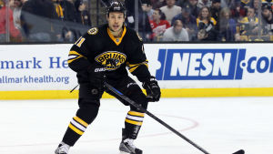 Svart och gulklädd ishockeyspelare i NHL.