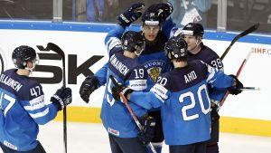 Finlands spelare firar mål mot Slovenien, VM 2017.