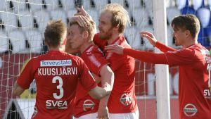 Mikael Forssell kramas om av medspelare efter första målet.
