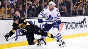 Kevan Miller bjuds på en åktur av Leo Komarov i NHL.