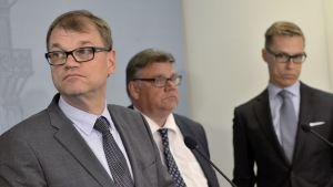 Statsminister Juha Sipilä, utrikesminister Timo Soini och finansminister Alexander Stubb berättar att samhällsfördraget förfaller.