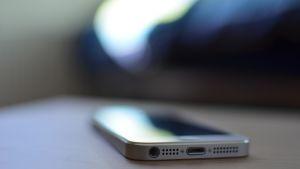 smarttelefon på bord