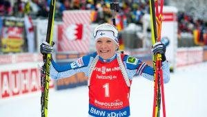 Kaisa Mäkäräinen jublar över seger, Ruhpolding januari 2016.