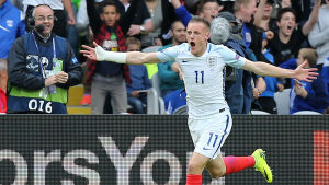 Den engelske anfallaren Jamie Vardy firar kvittering mot Wales i EM 2016.
