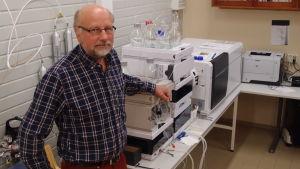 Vi vet för litet om reningsverksslam säger Leif Kronberg, professor i organisk kemi.