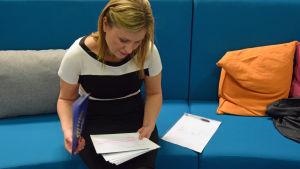 Debattledaren Katja Johansson gör en sistaminutenkoll av sina frågor.