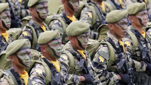 Filippinska soldater i parad.