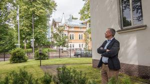 Estlands ambassadör Margus Laidre utanför ambassaden i Helsingfors.