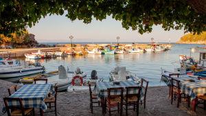 Hamnen i Skala Sykamineas på Lesbos i Grekland. Turkiets kust i bakgrunden.