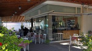 Michalis Alagiannis café-restaurang Artemion i Loutropoli Thermis på Lesbos.