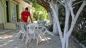 Panos Bakas utanför sitt lägenhetshotell i Loutropoli Thermis på Lesbos.