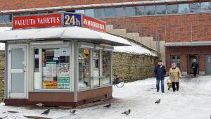 Kiosk i Narva som säljer hamburgare, växlar valuta och köper guld.