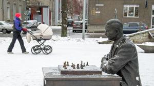 Staty av den Narvafödda schackmästaren Paul Keres i Pusjkinallén i Narva.