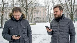 Stadstjänstemannen Dmitri Djakov och stadsarkitekten Ivan Sergejev i Narva.