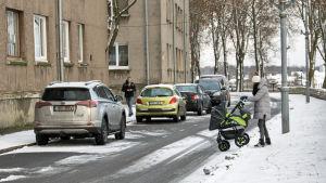 Ung mamma med barnvagn på Koidula-gatan i Narva.