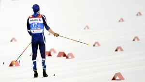 Ristomatti Hakola med ryggen mot kameran i målområdet efter misslyckandet i lagsprint.