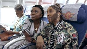A Black Lady Sketch Show (HBO Nordic), scen i ett flygplan. Quinta Brunson och Robin Thede