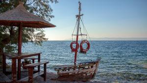 Stranden vid Skala Sykamineas på Lesbos. Turkiets kust sju kilometer där borta.
