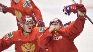 Alexandr Khovanov kysser lagmärket.