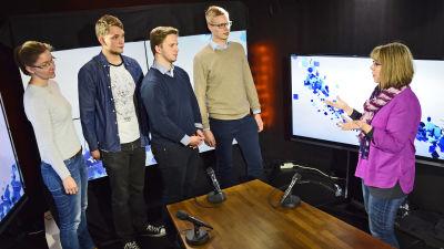 Elever från Soc & kom på besök på Yle. Fr.v. Cecilia Böhme (assistent), Constantin Saramo, Robert Eklund, Robin Tiivola. Gunilla Celvin förklarar.