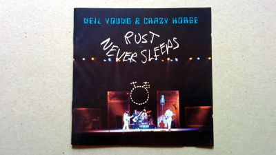 Neil Young, konvolutet till skivan Rust Never Sleeps