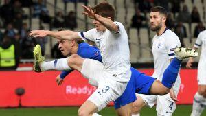 Dimitris Pelkas och Albin Granlund i sekvensen som ledde till Greklands 1–0-mål.