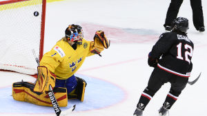 Sveriges Sara Grahn släpper in ett mål mot Japan.