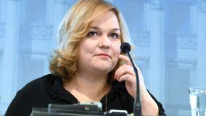 Krista Kiuru på presskonferensen.