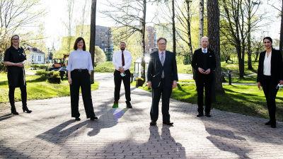 Pormestariehdokkaat poseerasivat Ylen Studiotalon ulkopuolella Pasilassa 11. toukokuuta.