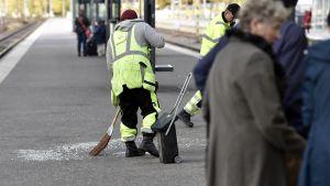 Splitter sopas upp på järnvägsstationen i Helsingfors efter att en glasruta föll ner.