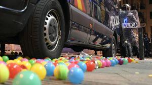 Demonstranterna kastade färggranna bollar mot polisen.