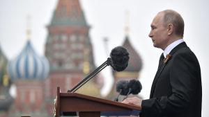 Presidentti Vladimir Putin piti voitonpäivän puhetta viime vuonna Punaisella torilla Moskovassa.
