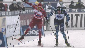 Aleksandr Bolsjunov och Joni Mäki är nära att kroka i varandra på målrakan.