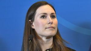 Sanna Marin tittar uppåt på en pressträff i Harpsund efter möte med Stefan Löfven.