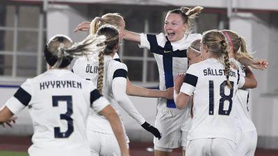 Finlands fotbollsdamer firar ett mål och samlas. Sanni Franssi har ansiktet mot kameran.