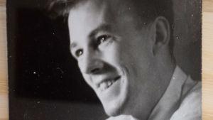 Svartvitt foto av Caj Bremer i unga år.