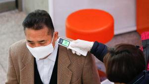 Valfunktionärer mätte temperaturen på varje väljare i vallokaler där ansiktsmasker också var ett måste.