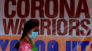 En kvinna går förbi en banderoll