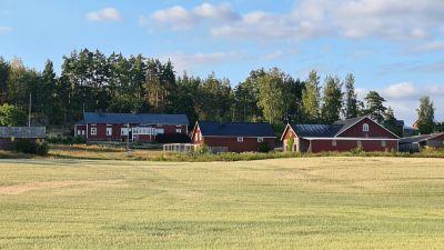 Vy över byggnaderna på Skräddars gård i Ingå.