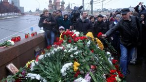 Moskvabor lägger ner blommor vid platsen där Boris Nemtsov mördades natten till lördag.